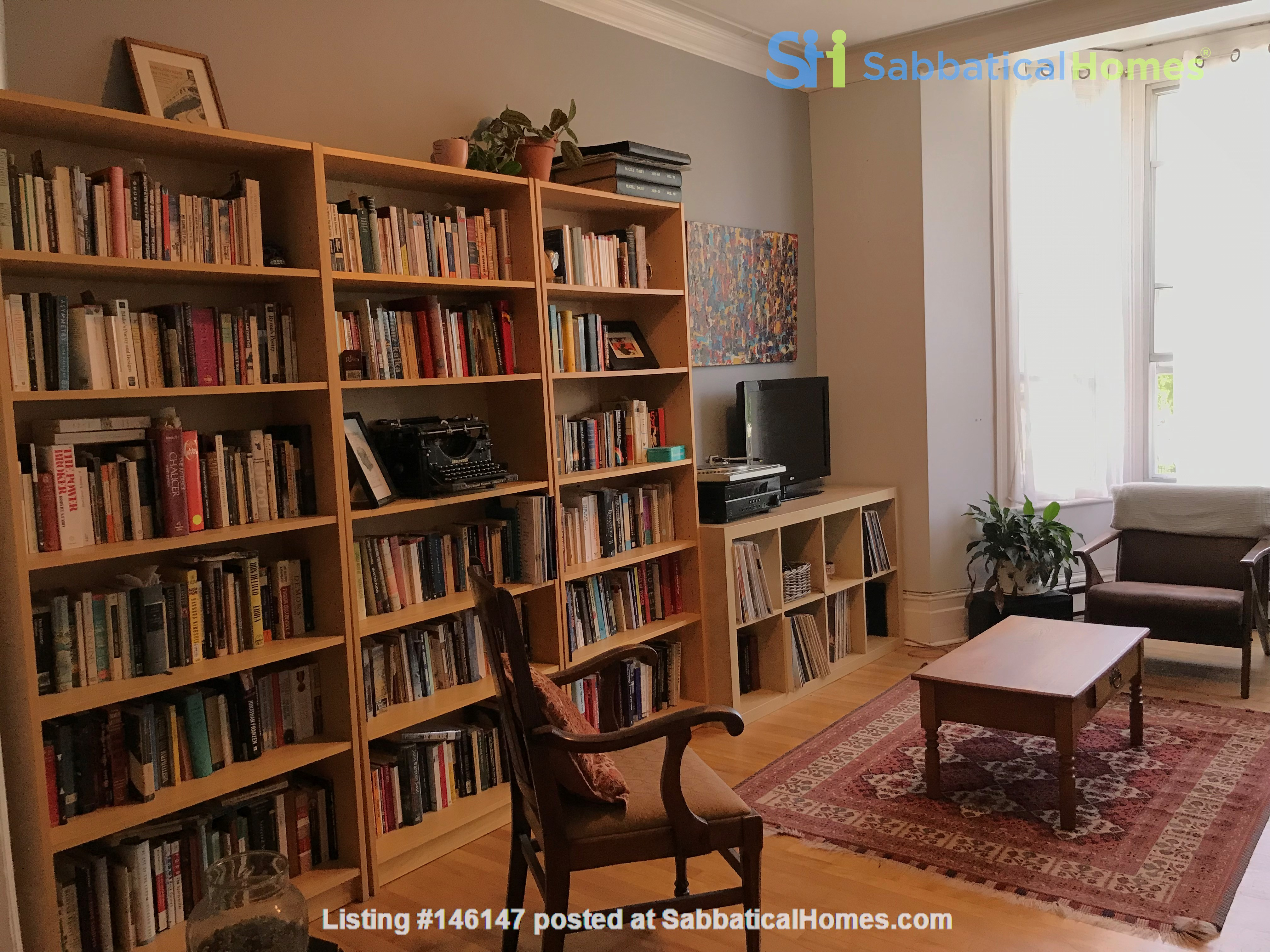 Spacious apartment in vibrant Saint-Henri, close to park, cafes and Metro Home Rental in Montréal 2