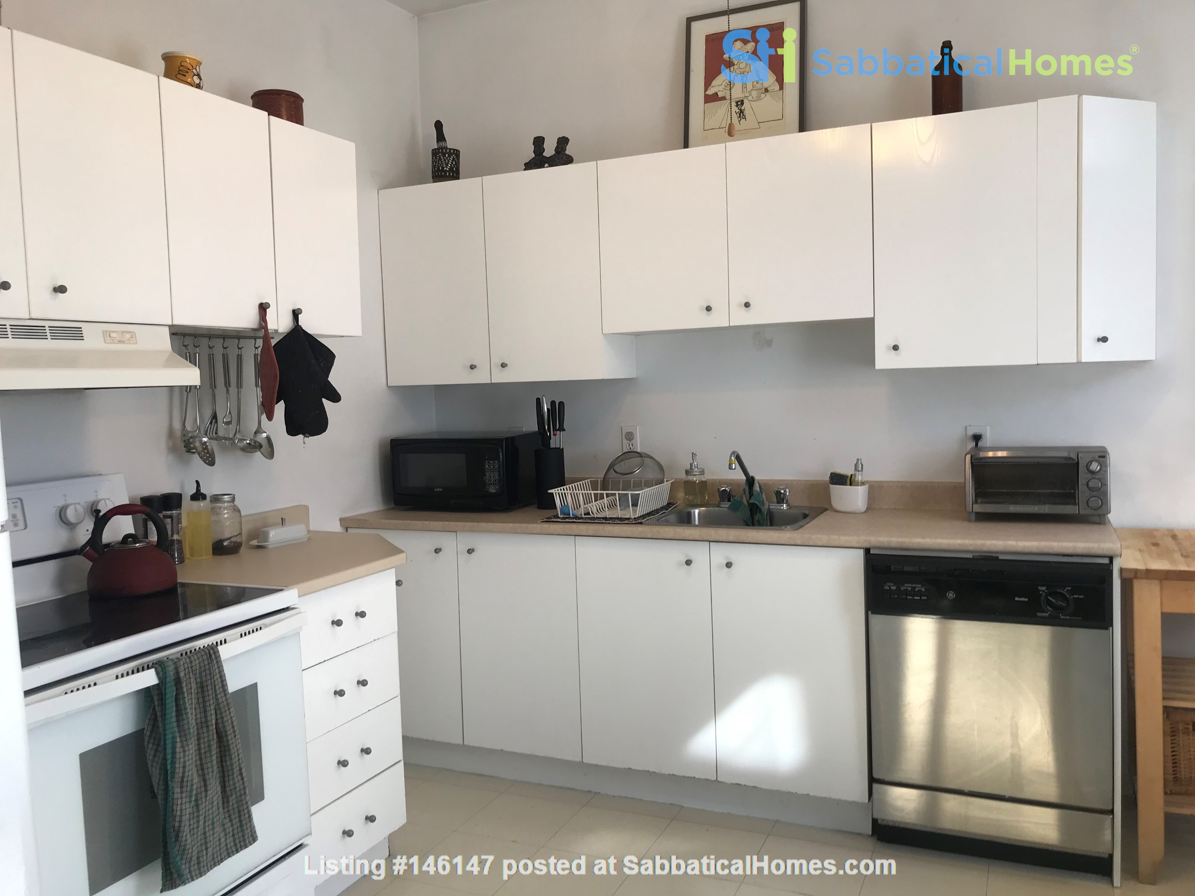 Spacious apartment in vibrant Saint-Henri, close to park, cafes and Metro Home Rental in Montréal 7