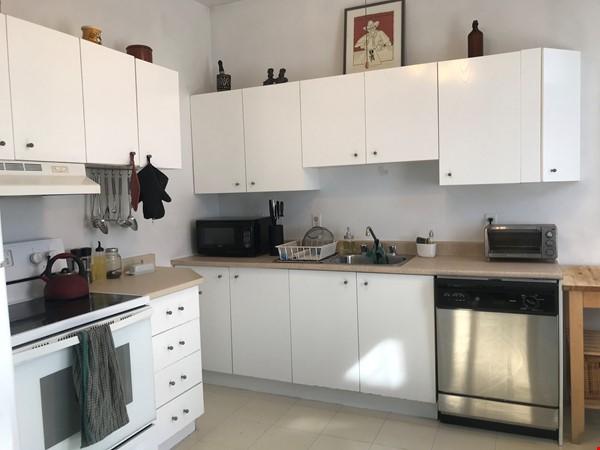Spacious apartment in vibrant Saint-Henri, close to park, cafes and Metro Home Rental in Montréal 7 - thumbnail