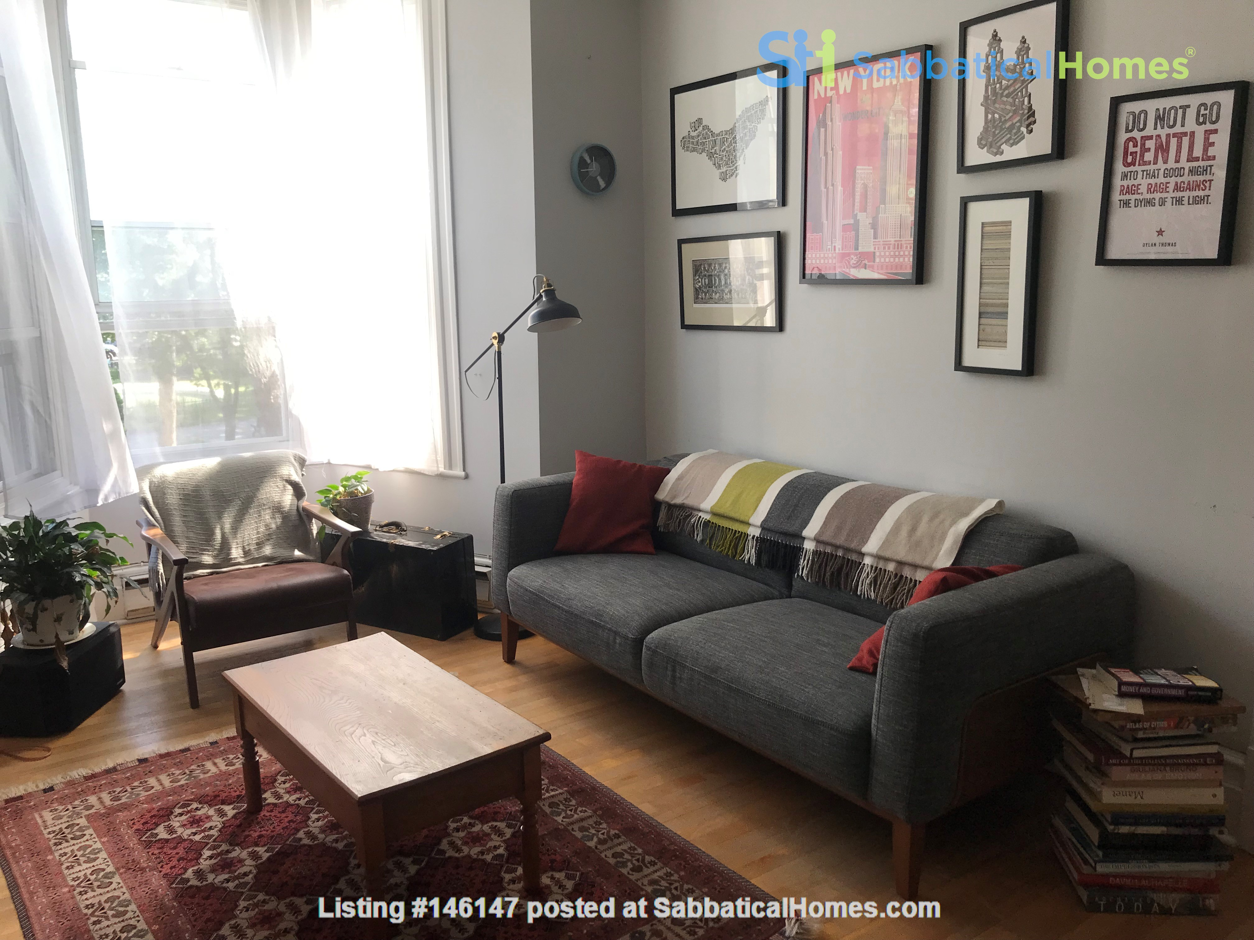 Spacious apartment in vibrant Saint-Henri, close to park, cafes and Metro Home Rental in Montréal 1