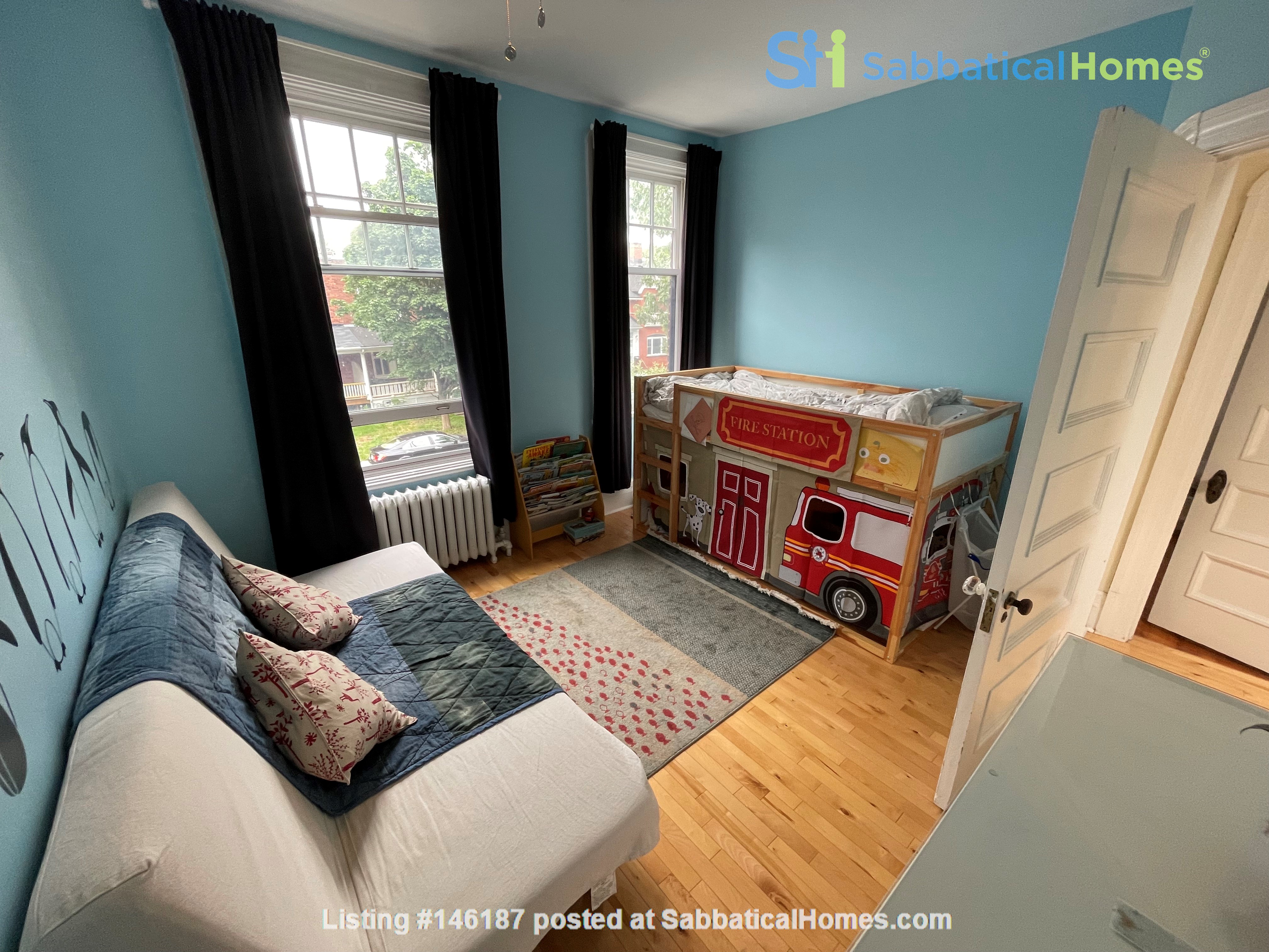 Light and charming 4-bed 100-year old brick row house in central NDG Home Exchange in Montréal 7