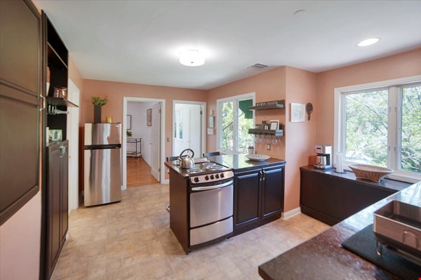 UPSCALE GUEST HOUSE IN SAFE AND BEAUTIFUL HILLS Home Rental in Glendale 3 - thumbnail